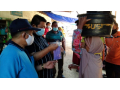 Cegah Covid 19, Wabup Dompu Bagikan Masker Ke Pedagang Pasar